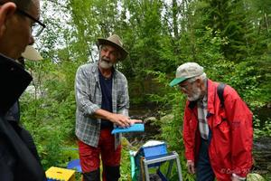Roger Kastman ger några goda råd till Anders Ersare och Karl-Gunnar Astlid hur man vaskar guld.
