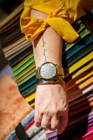 Annelies tatuering på armen är en ständig påminnelse om livet –