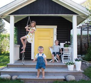 Syskonen Stina, Hilding och Nils leker gärna i sin lekstuga. Det var Stina som bestämde att dörren skulle vara gul.Foto: Christian Olars