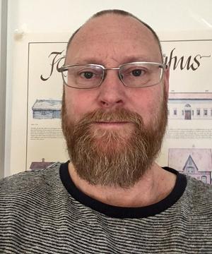 Nicklas Eriksson är byggnadsinspektör på Skinnskattebergs kommun. Han berättar att kommunen inte kan göra något åt svartbyggena men att de kan se över strandskyddsdispensen vid sjön.