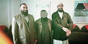 Till vänster Abdel-Nasser el Nadi och till höger Gävleimamen Abo Raad. Mannen i mitten blev 2017 dömd för terrorbrott.