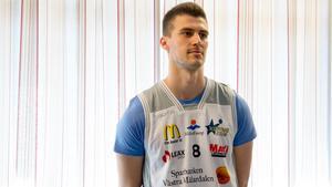 Niklas Larsson blir Köping Stars första värvning till basketligan.