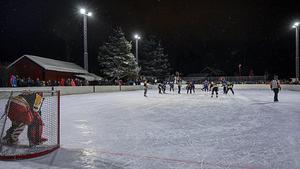 Över tusen personer hade sökt sig till hockeyrinken för att se Slaget om älven, enligt uppgift. Foto: Mats Hallin
