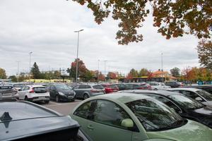 Fyllda parkeringsplatser ställer till det för insändarskribenten.