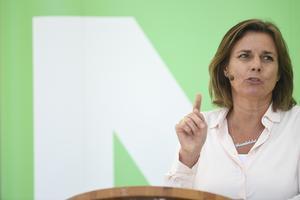 Isabella Löwin talade om klimatet och miljön i ett Almedalen där biltillverkare marknadsförde elbilar.