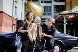 Undersköterskorna Nadja Lindström och Dayse Bohn ser till att Rut Lindmark är i trygga händer.