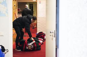 Linus Nässén packar upp sin utrustning ut Frölundatrunken vid ankomsten till NHK Arena.