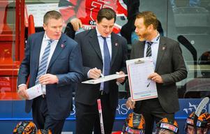 Tränartrion i Örebro blir intakt. Niklas Sundblad fortsätter som huvudtärnare och får med sig Petri Liimatainen och Niklas Eriksson som assisterande. Bild: Johan Bernström/Bildbyrån