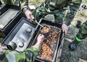 Värnpliktiga vid Ledningsregementet, Enköpings garnison, serveras kycklinggryta ur en kantin .Foto: Tomas Oneborg.