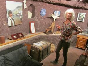 I sin ateljé tillverkar Edith tavlor och skulpturer.Foto: Leif Domnérus.