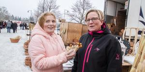 Hollie Sjöstrand med mamma Emma Sjöstrand har köpt Churros med nutellasmak. – Det är jättegott, den godaste smaken, säger Hollie. Emma tyckte att det fanns mycket bra på marknaden och hade också köpt ost.