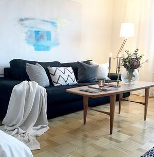 EFTER: Ljusa kuddar lättar upp den mörka soffan.