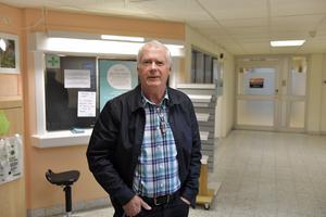 """Per-Henrik """"Penne"""" Back framför den stängda apotekslokalen där det fortfarande finns medicin. Penne, som är pensionerad apotekare, har nu flyttat hem till Särna och engagerat sig i apoteksfrågan i byn."""
