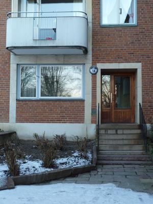 1950-talsmodernism med bevarade detaljer som portar, fönster och balkongfronter.