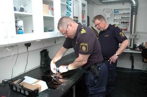 SÄKRAT. Tommy Rinaldo och hans kollega Per Carlsson tar hand om skospår som de precis säkrat på en brottsplats i Bålsta.