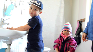 Fyraårige Viggo Söderholm tvättar händerna innan det är dags för lunch på förskolan Svea i Västanfors.