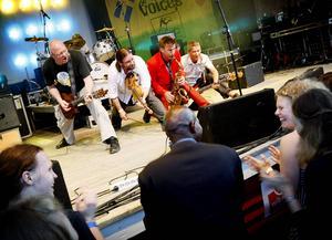 Hoven Droven spelar på Grytans flyktingförläggning på tisdag kväll.