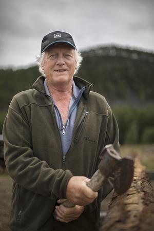 Harry Wagenius har fullt upp som timmerman, trots att han idag är 70 år gammal och längtar efter sin pension.