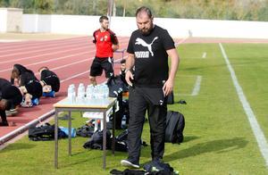 ÖSK-tränaren Alexander Axén på onsdagens träning i Portugal.