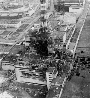 Reaktor fyra tre dagar efter haveriet. Radioaktivt material blev liggande helt öppet och spreds i luften genom brandrök och med vinden över mycket stora områden. Foto: AP/Scanpix