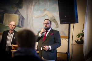 Oppositionsrådet och socialdemokraten Jonas Andersson. Till vänster syns kommunalrådet Mikael Westin.