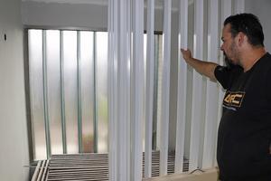 En del behålls, annat byts ut. Trappen kommer att målas och får vara kvar. Men det stora betongglasfönstret ska bort och ersättas av ett annat fösnter. Betongglaset ger ett stort kallras, säger Johan.