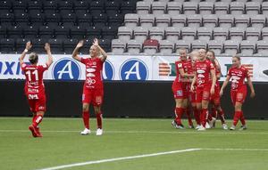 Eveliina Summanen tackar Heather Williams för passningen till 1–0-målet mot Eskilstuna United.