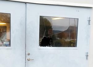 Tjuvarna bröt sig in genom att krossa rutan till garageporten. (Foto: Markus Andersson)