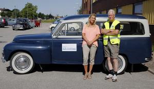 Arrangörerna Ulrica Hedin och Torbjörn Jäder framför Torbjörns egna Volvo PV.