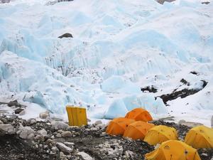 Tält vid Everest Base Camp. Där klättrare övernattar för att acklimatisera sig i den höga höjden, innan de fortsätter mot berget topp. Foto: Privat