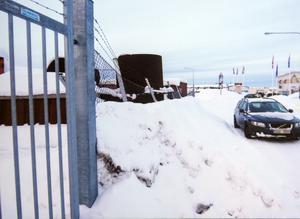 På Per Nilsson egna bilder från februari 2019 ses en jämn snövall som tryckt in hans staket.