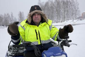 """Snön ligger djup på Väsman och det kommer att dröja till senare i januari innan """"Väsman Arena"""" står klar, konstaterar Bengt Hjort. """"Med en traktor skulle det gå fort men då håller inte isen."""""""