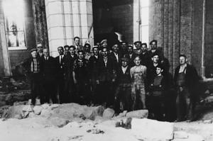 En lagbild på dem som arbetade med utgrävningen i Domkyrkan 1958. Undersökningsledaren Carl-Filip Mannerstråle står längst bak med slips mot den ljusa pelaren. Foto: Västmanlands läns museum.
