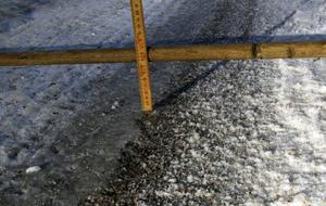 Spåren i vägen blir djupa när det blir mycket packad snö på vägbanan.