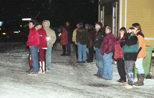 Många Trönöbor tog sig till kyrkan för att titta på branden. Foto: Hans-Åke Sandberg