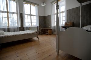Rummen lånas ut till Thomas spelmanskompisar under stämmoveckorna. Här har möbler samlats från många olika håll.