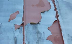 Det är inte mycket färg kvar och nu måste taket målas om.