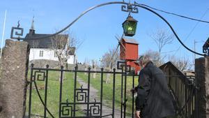 Mot byvägen avgränsas kyrktomten av ett staket samt en  järngrind i jugendstil. På tomten finns också den gamla kvarnen kvar.
