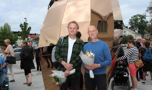 Konstnärerna Lars Bergström och Mats Bigert vid sitt verk Solsnäckan.