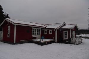 Exekutiv auktion. Villa fördelat på 2 rum och kök belägen, cirka 9 kilometer sydväst om Falun. Omgivningen utgörs av gles småhusbebyggelse i jordbruksområde med närhet till golfbana. Foto: Kronofogden.