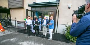 Invigningsbandet hölls av mottagningens verksamhetschefJessica Nääs och överläkaren Johan Hansson som har läkaransvaret. Regionpolitikerna Marie Svensson (V) och Lennart Ledin (L) klippte. Bakom dem sjuksköterskorna Malin Matsson och Sara Elofsson, och undersköterskan Lars Månsson.