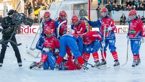 Glädjescener efter målet som säkrade Karebys första SM-guld. Bild: Gert Holmér