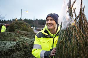 Anne Lundin från Bomhus älskar julen och har slagit till på en klassisk rödgran.