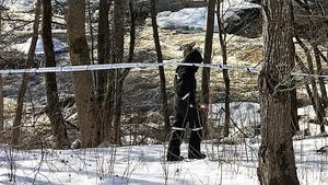 Polisens tekniker vid ett av de avspärrade områdena med koppling till det misstänka mordförsöket i Hallstahammar.