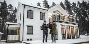 Per Arnlund och Camilla Englund har flyttat in i ett nybyggt hus i Lilla Källviken.
