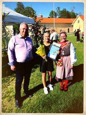 Tom Rymoen, kommunstyrelseordförande,  stipendiat Molly Sjöquist och kultursekreterare Elin Sörman. Foto: Privat.