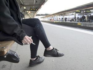 Rökförbudet gäller även vid vistelse på perronger. Foto: Jessica Gow / TT /