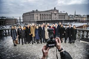 När Vänsterpartiets riksdagsgrupp släpper fram Stefan Löfvens regering skapas ett nytt läge i svensk politik; vi har nu en riksdag med åtta partier som accepterar borgerlig politik, konstaterar debattförfattarna. Foto: Tomas Oneborg/TT