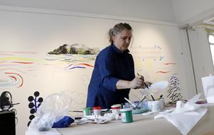 Kitty Crowther på Hälsinglands museum där hon inför utställningen målade på en vägg.