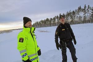 Utbildningsledare Jan Elovsson och instruktören Anders Bälter håller i halkutbildningen på flygfältet.